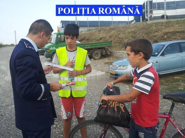 Au fost intensificate acţiunile preventive, fiind distribuite veste reflectorizante şi alte elemente reflectorizante pentru biciclete