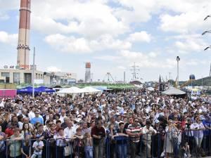 """Parcarea Iulius Mall a devenit neîncăpătoare pentru mulțimea venită să-l asculte pe Nicolae Botgros și pe """"Lăutarii"""" săi"""