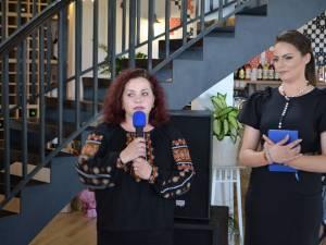 Directorul de marketing al complexului, Ioana Voinescu, și primarul din Berchișești, Violeta Țăran
