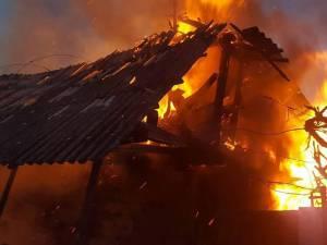 Incendiu provocat de un bărbat, după ce amenințase că va da foc la casă
