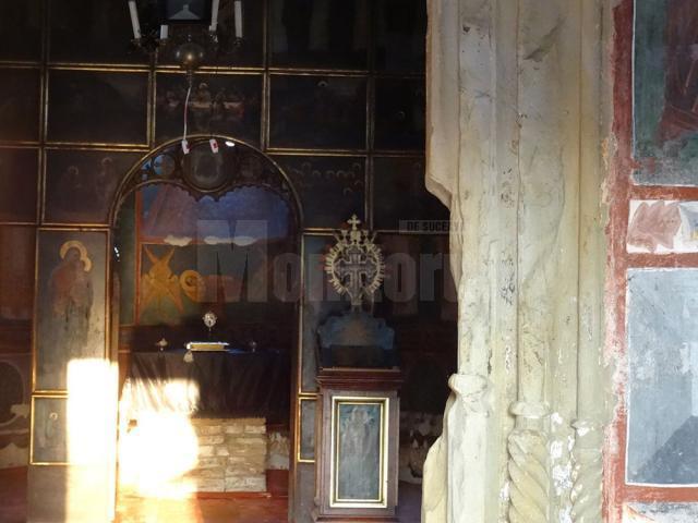 Razele proiectate de soare în Biserica Pătrăuţi reconstituie drumul de la Naşterea la Învierea lui Iisus
