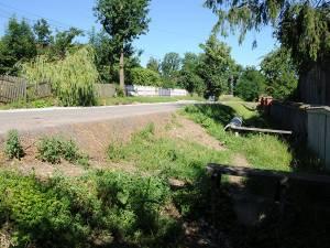 Nivelul drumului a crescut mult din cauză că nu s-au făcut lucrări de decopertare, iar unii localnici nu mai au acces la curte