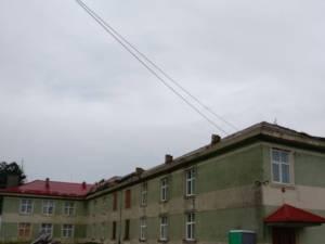 O rafală puternică de vânt a smuls acoperișul școlii din Vadu Moldovei