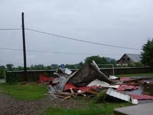 Bucăţile din acoperiş au fost împrăştiate în curtea şcolii