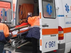 O ambulanță a transportat-o pe tânără la Unitatea de Primiri Urgențe Gura Humorului