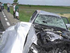 Autoturismul s-a răsturnat pe o distanţă de 90 de metri