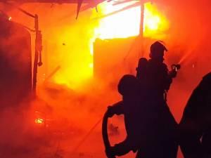 Incendiul se manifesta la o anexă situată lângă casă şi folosită ca bucătărie de vară