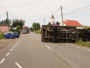 Autoutilitara a franat brusc si s-a rasturnat in mijlocul drumului