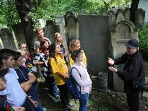 Bondy explică semnificaţia simbolurilor de pe pietrele funerare