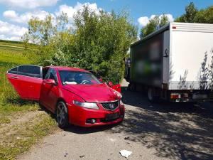 Accidentul s-a petrecut pe un drum îngust și fără vizibilitate, din cauza vegetaţiei mari de la marginea şoselei