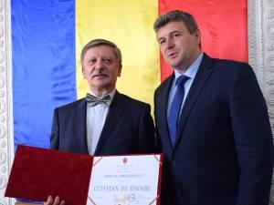 Profesorul universitar doctor Mircea Onofriescu și primarul Cătălin Coman