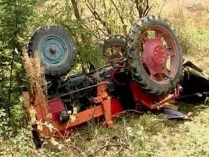 Bărbatul s-a răsturnat cu tractorul pe un câmp