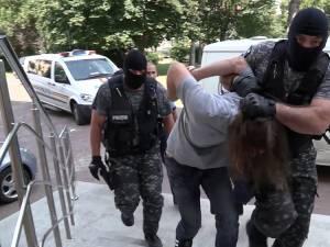 Individul a fost prezentat în fața magistraților imobilizat și cu măsuri aspre de securitate