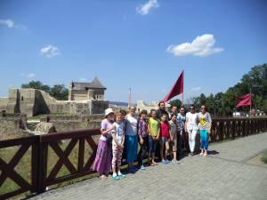 Copii volohi în vizită la Cetatea de Scaun a Sucevei