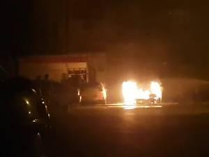 Flăcările au fost observate în jurul orei 3.00 de proprietarul maşinii de la care a plecat totul, un VW Golf IV