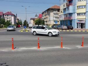 Accesul de pe strada Bistriţei este restricţionat doar pe banda a doua, prin stâlpişori rutieri