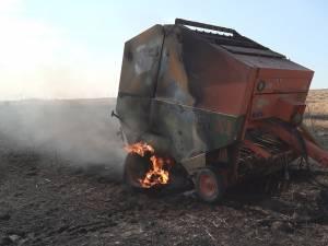 Se pare că balotiera a luat foc în timpul acţiunii de balotare, în timp ce era remorcată de un tractor