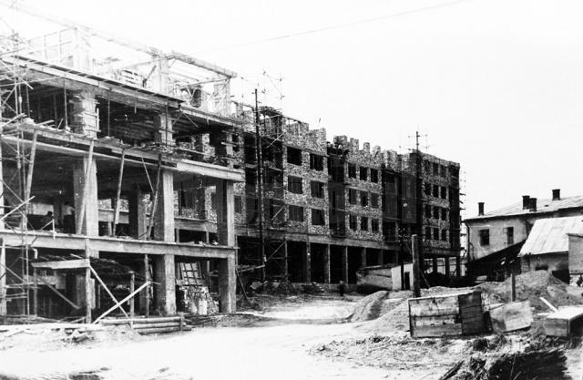 Imagine cu ridicarea blocului turn (stânga) și a celorlalte blocuri aflate în prelungirea sa