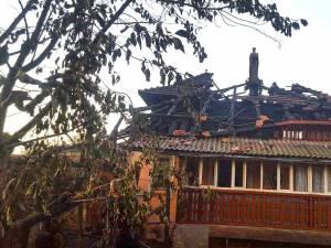 In urma incendiului acoperisul casei a fost distrus