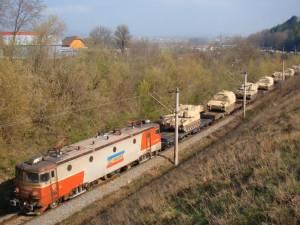 Una din imaginile lui Andrei Bîrsan cu convoiul de tancuri transportate pe calea ferată în zona Şcheia