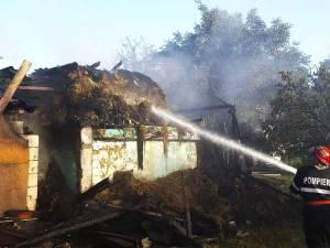 Un incendiu violent a distrus gospodăria a două familii din Capu Codrului