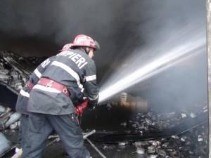 Pompierii au intervenit pentru stingerea incendiului