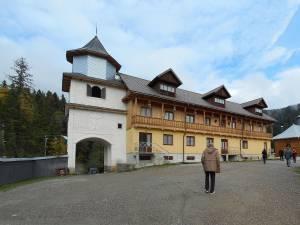 Bărbatul de 36 de ani a murit în curtea Mănăstirii Rarău