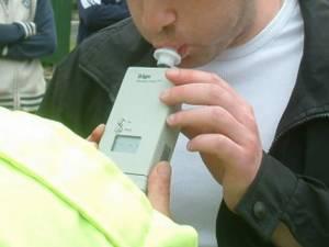 Verificat cu aparatul etilotest, s-a constatat că adolescentul consumase şi băuturi alcoolice