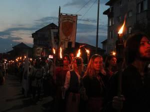 """Parada cu făclii a Festivalului de Artă Medievală """"Ştefan cel Mare"""" Suceava - cea mai mare paradă medievală din România"""