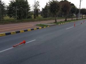 Aproape zilnic, stâlpii separatori din intersecţie sunt culcaţi la pământ de şoferii neatenţi