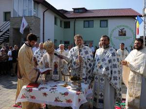 Slujba de sfinţire a avut loc în faţa noului spital, fiind condusă de ÎPS Pimen