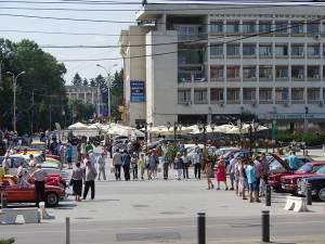43 de automobile retro au fost expuse ieri pe esplanada centrală