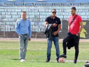 Impresarul francez (mijloc) alături de Dumitru Moldovan pe stadionul Areni