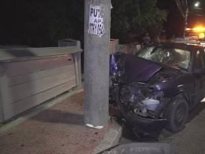 Mașina s-a izbit violent de un stâlp de electricitate