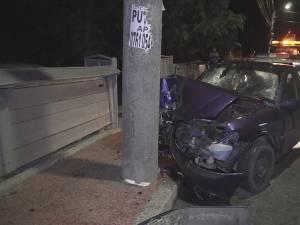 Șoferul a scăpat maşina de sub control într-o curbă, iar aceasta s-a lovit violent de un stâlp de electricitate