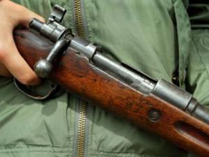 Poliţiştii de la Serviciul Arme şi procurorul de caz trebuie să stabilească dacă arma a fost folosită în mod legal FOTO radioiasi.ro