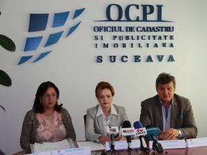 Directorul adjunct al ANCPI (stânga), prefectul judeţului Suceava și seful Oficiului de Cadastru Suceava