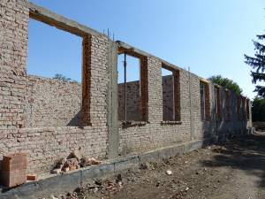 Din vechea școală au rămas câțiva pereți de cărămidă