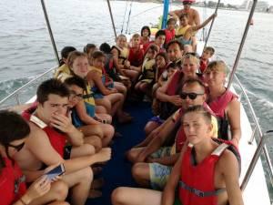 Copii din centre de plasament cu rezultate foarte bune la învățătură, recompensați cu o tabără la mare