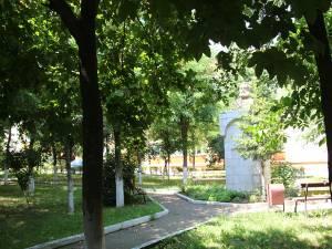 """Parcul Școlii """"Ion Creangă"""" Suceava, spaţiul pe care ar urma să apară și noua grădiniţă"""