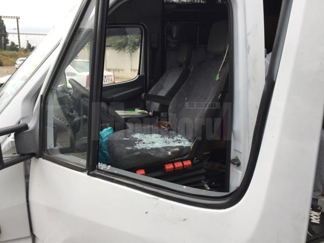 Hoţii au forţat sistemul de închidere, fără succes, după care au spart unul din geamurile laterale