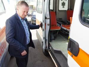 Doctorul Lăzăreanu cu ambulanțele care au peste 700.000 km la bord