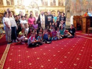 """Copiii din Târgoviște, la Biserica """"Sf. Dumitru"""", împreună cu preotul paroh Nicolae Horga"""