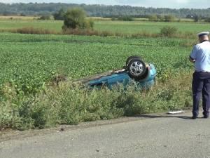 Autoturismul condus de tânăr s-a răsturnat în afara drumului