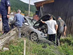 Autoturismul Volvo s-a rătsurnat și a ajuns lângă magazia unei gospodarii de la marginea drumului