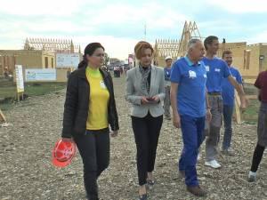 Prefectul Mirela Adomnicăi și consilierul de stat Laszlo Borbely s-au alăturat voluntarilor de pe șantierul Habitat pentru Umanitate