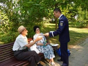 Poliţiştii le-au prezentat celor veniţi să se relaxeze materiale publicitare cu instrucţiuni de prevenire a faptelor reprobabile