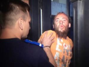 Ioan Beşa, la câteva minute de la comiterea omorului, când a fost încătuşat şi băgat în sediul Postului de Poliţie din Gara Burdujeni