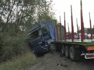 Autotrenul a derapat pe drumul umed și a scăpat de sub control, lovind două autovehicule care veneau din sens invers