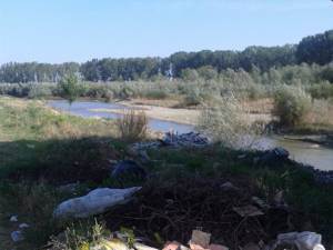 Malul râului Suceava a devenit o adevărată groapă de gunoi